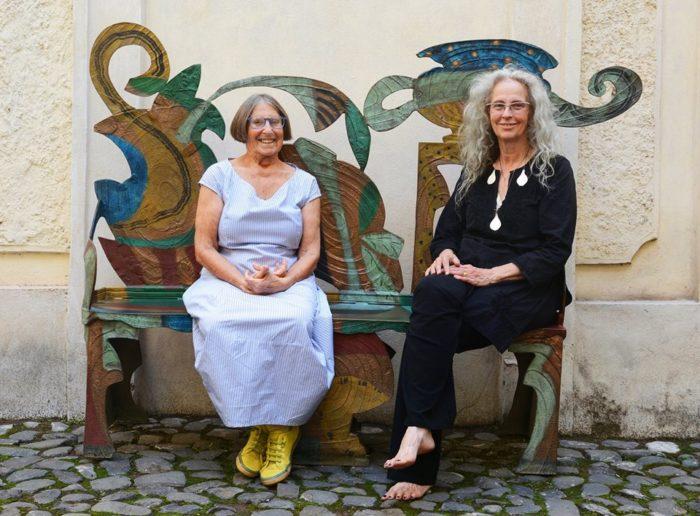 Betty Woodman e Kiki Smith sedute su Bronze Bench #6 (2007), Betty Woodman, courtesy of Galleria Lorcan O'Neill